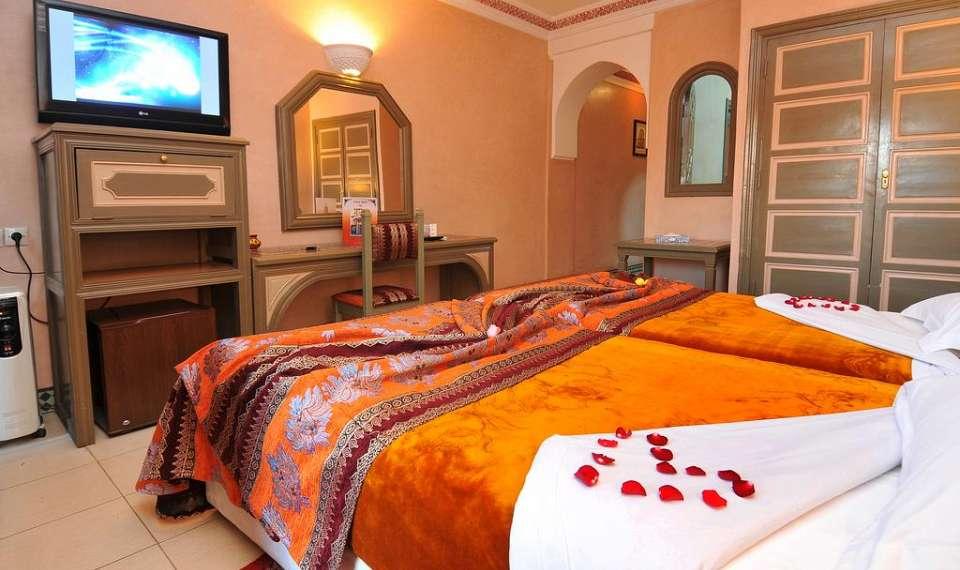 soba z zakonsko posteljo